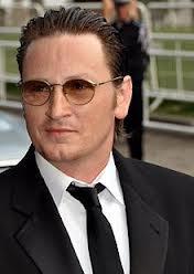 Nostromo agence de communication pense que pour les acteurs francais, il faut une barbe ou des lunettes