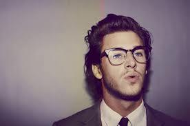 la barbe ou les lunettes sont plus franchie, selon Nostromo, agence de communication